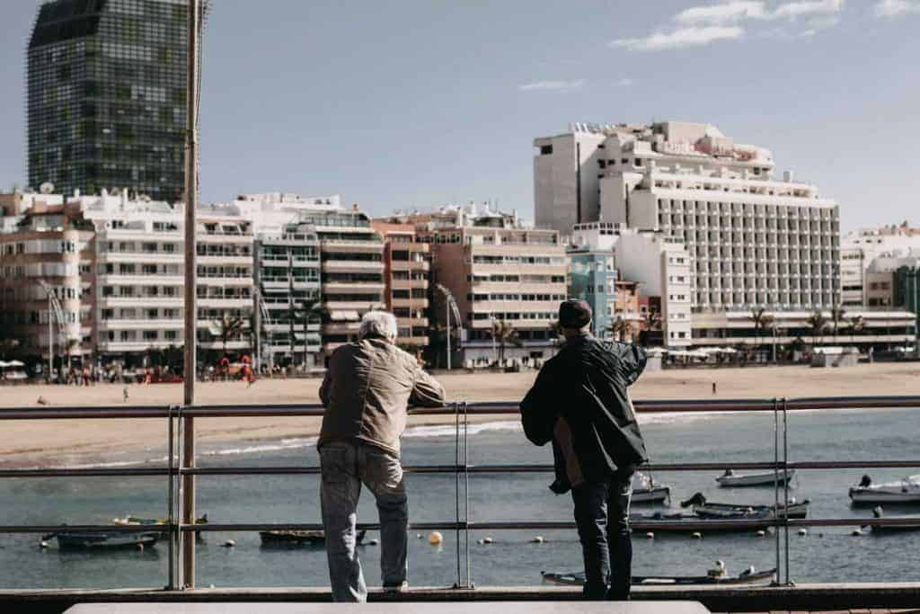 Abogado de familia en Las Palmas de Gran Canaria posando en la Playa de las canteras