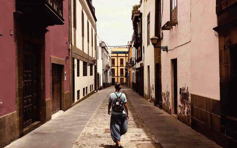 Joven abogado mercantil en Las Palmas de Gran Canaria paseando por el barrio de Vegueta