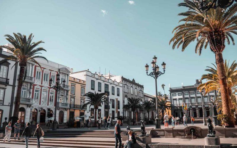 Viadantes caminando junto a la Catedral de Las Palmas de Gran Canaria cerca de nuestro despacho de abogados en Gran Canaria